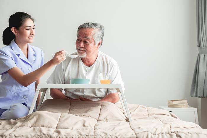 Cần người chăm người bệnh cho ông tuổi đã cao thì nên tìm ở đâu?